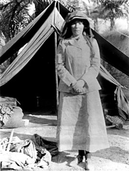 https://upload.wikimedia.org/wikipedia/commons/thumb/8/84/BellK_218_Gertrude_Bell_in_Iraq_in_1909_age_41.jpg/267px-BellK_218_Gertrude_Bell_in_Iraq_in_1909_age_41.jpg