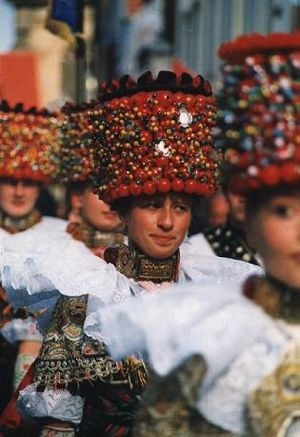 Bridal crown - Lindhorst bridal procession. The women are wearing Kranzmaikes, Lower Saxony