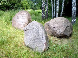 Polski: Kamienie pamiątkowe przy grodzisku Bró...
