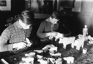 Wooden toymaking in the Ore Mountains - Manufacture of Reifentiere (Seiffen, 1929)