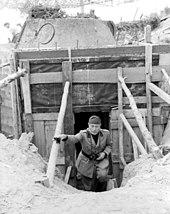Mussolini kiipeää astetta ulos bunkkerista