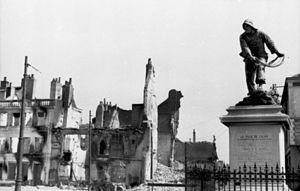 Siege of Calais (1940) - Image: Bundesarchiv Bild 101I 383 0337 10, Frankreich, Calais, Denkmal vor Häuserruinen