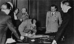 Bundesarchiv Bild 146-1976-033-06, Münchener Abkommen, Unterschrift Adolf Hitler.jpg
