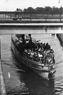 Bundesarchiv Bild 183-R67005, Schleuse Zerben, Dampfschiff fährt in Schleuse.jpg