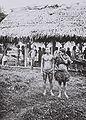 COLLECTIE TROPENMUSEUM Een groep Mentawei mannen en vrouwen in Sawangtoengkoe aan de Straat Sikakap op Noord-Pagaï TMnr 60042331.jpg