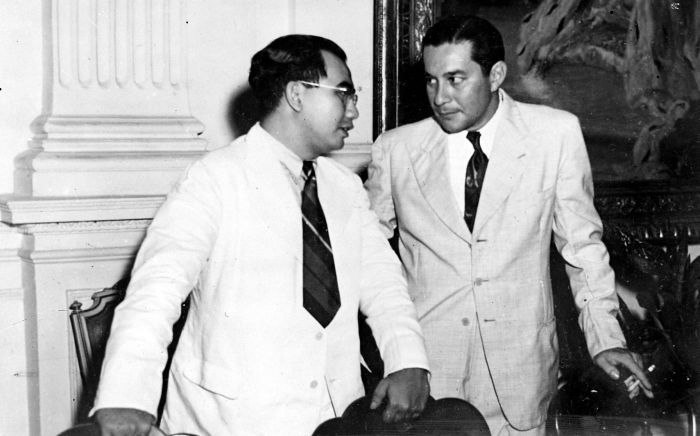 COLLECTIE TROPENMUSEUM Ide Anak Agung Gde Agung in gesprek met Sultan Hamid II van Pontianak TMnr 10018600
