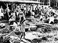 COLLECTIE TROPENMUSEUM Mensen en manden met noten op een markt in West-Java TMnr 10002539.jpg