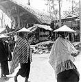 COLLECTIE TROPENMUSEUM Vrouwelijke gasten maken hun rondgang door kampong Sadang Celebes waar zij gekomen zijn voor een dodenfeest TMnr 10003207.jpg