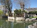 Canal de Briare-deux petits canaux viennent du centre ville.JPG