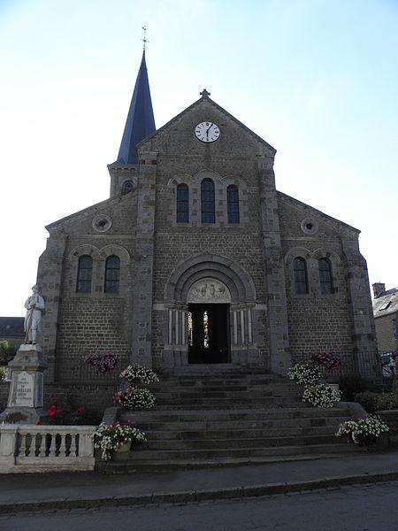 Église Saint-Jean-Baptiste de Carelles (53). Façade principale.