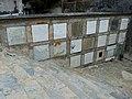 Cemiterio vello de Mondoñedo. Escaleiras e nichos.jpg