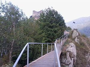 Română: Cetatea este situată în apropierea bar...