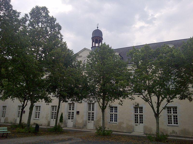 Lycée Victor-Hugo de Château-Gontier, façade du bâtiment de l'horloge.