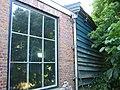 Close-up van raam in gebouw bij ronde stenen stellingmolen - AMR Molenfoto - 20539973 - RCE.jpg