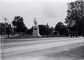 Cook Statue, Christchurch - Cook Statue in Victoria Square in its original location at the junction of Colombo and Victoria Streets