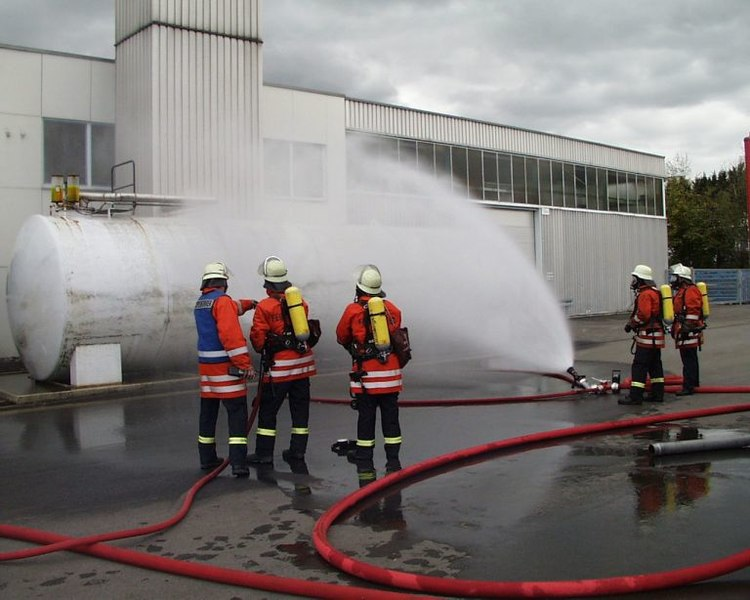 Fișier:Cooling tank by water spray jet, German Feuerwehr.jpg