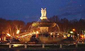 Brunnen auf der Place de la Rotonde bei Nacht