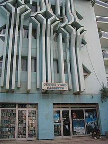 """foto av en byggnad med en butik på bottenvåningen med """"kassettvideocenter"""""""
