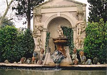 Richard-Wagner-Köpfe am Dalí-Brunnen im Garten des Castell Púbol (Quelle: Wikimedia)