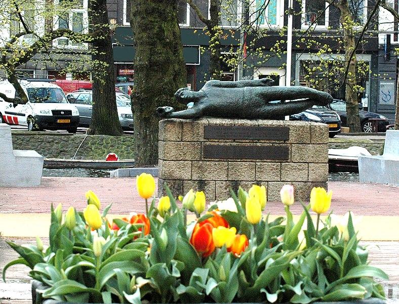 File:De gevallen man'13 Weteringcircuit, Amsterdam.jpg