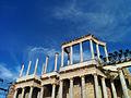 Detalle de columnas del escenario del Teatro Romano de Mérida.jpg