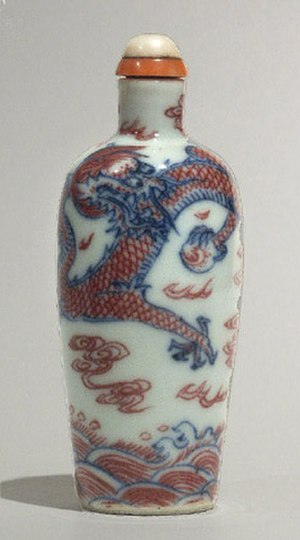Snuff bottle - Dragon clutching a fiery pearl