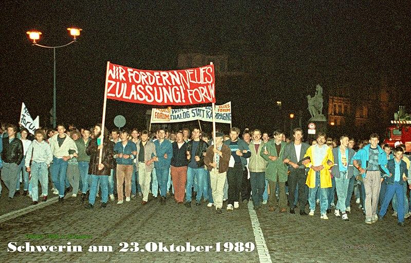 Datei:Druck-Schwerin-im-Herbst-1989-Volker-Jennerjahn.jpg