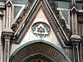 Duomo di firenze, medaglioni intarsiati in marmi nei timpani delle finestre sui fianchi 08.JPG
