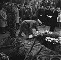 Een landmacht-officier schikt een krans aan de groeve op een begraafplaats tijde, Bestanddeelnr 255-9010.jpg
