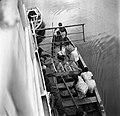 Een roeiboot langszij de veerboot Paramaribo in Moengo, Bestanddeelnr 252-6594.jpg