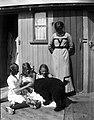 En kvinna ser på när tre flickor klappar en hund - Nordiska Museet - NMA.0054148.jpg