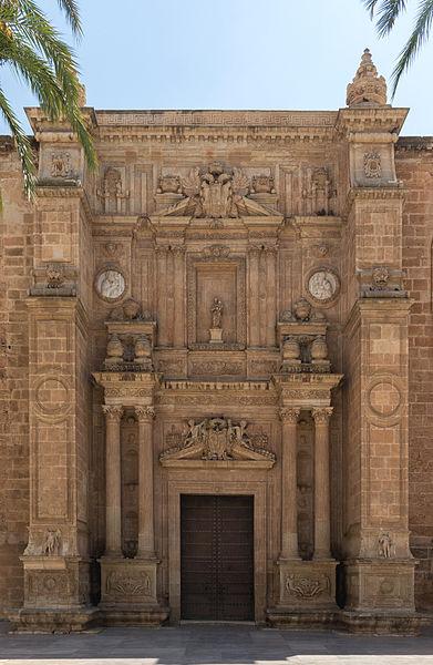 https://upload.wikimedia.org/wikipedia/commons/thumb/8/84/Entrée_de_la_Cathédrale,_Almeria,_Espagne.jpg/391px-Entrée_de_la_Cathédrale,_Almeria,_Espagne.jpg