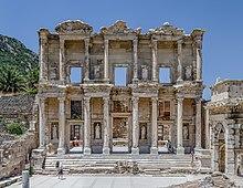 Das Dach der Celsus-Bibliothek ist eingestürzt, aber die große Fassade ist noch intakt.