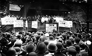Joseph J. Ettor, que fue arrestado en 1912, dando un discurso a los barberos en huelga.
