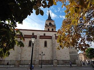 Alcalá de Henares Cathedral - Image: Fachada Catedral Magistral