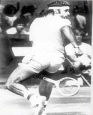 Tweener (tennis) - Guillermo Vilas performing the Gran Willy shot.