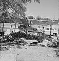 Handelaar met meloenen langs de weg met autoverkeer, Bestanddeelnr 255-4283.jpg