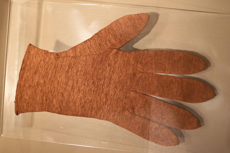 File:Handschuh aus Byssusseide 2827.JPG