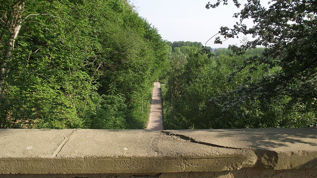 Cycle path to Herzele from Sint-Lievens-Houte. This is the old vicinal railway route seen from a bridge.