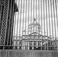 Het Trinity College gefotografeerd door het hek, Bestanddeelnr 191-0850.jpg