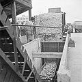 Het lossen van vrachtwagens met citrusfruit bij de citrussapfabriek Assis aan de, Bestanddeelnr 255-1247.jpg