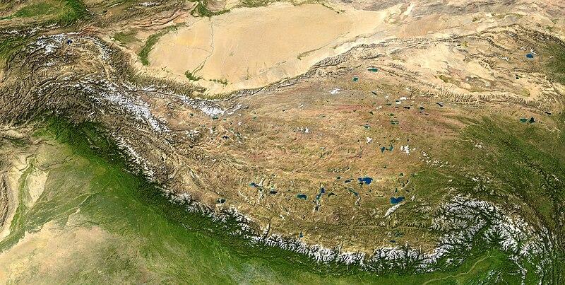 O Planalto Tibetano situa-se entre o Himalaia a sul e o Deserto de Taklamakan a norte. Foto: Wikipédia