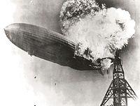 Luftskeppet Hindenburg brinner.