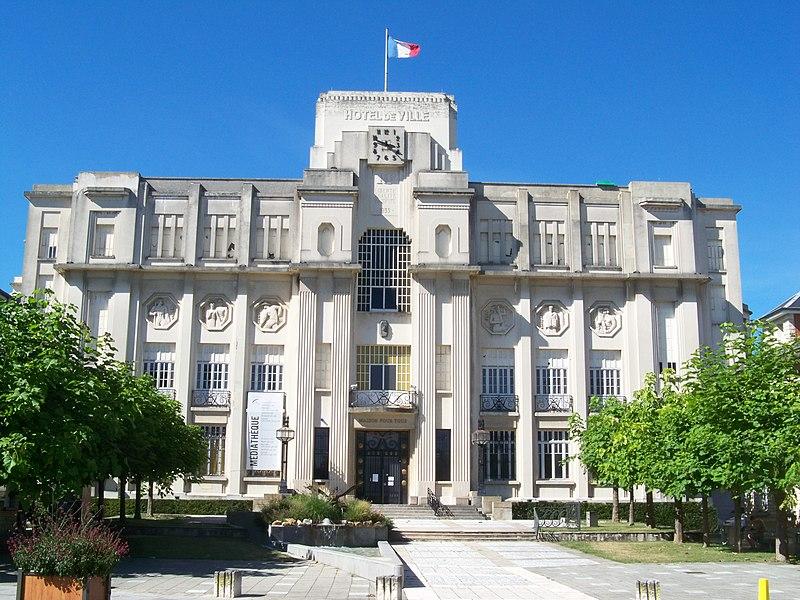 L'hôtel de ville de Sainte-Savine, construit entre 1932 et 1935 par J. Hugot et R. Roger, monument inscrit depuis 2007.