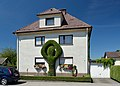 House with figur formed from buxus sempervirens, Attnang.jpg