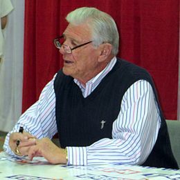 Hugh McElhenny at a collectors show in Jan 2014.jpg