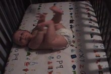 Fichier:Infant babbling in crib.ogv