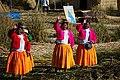 Jezero Titicaca - vítání na plovoucím ostrově Apu Kontiki - panoramio.jpg