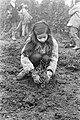 Leerlingen van Rosj Pina school planten bomen in Amstelpark, Amsterdam meisje p, Bestanddeelnr 924-2535.jpg