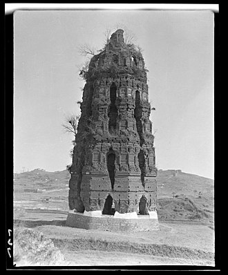 Hang Prefecture - The Leifeng Pagoda in the late 1910s before its collapse in 1924. It was built in 975 during the reign of the Wuyue king Qian Chu.